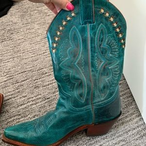 Gorgeous turquoise cowboy boots!